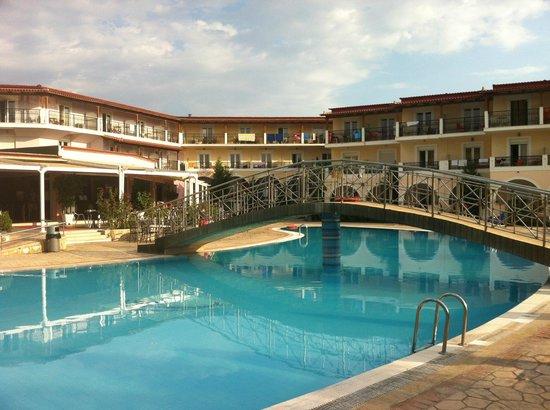 Majestic Spa Hotel : Vista dai lettini che danno alla piscina. Sulla sinistra si può vedere la sala ristorante e il b