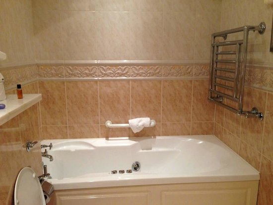 International Hotel Killarney: Jacuzzi tub