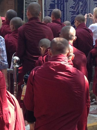 Mahagandayon Monastery : Hundreds of monks pacing throw...