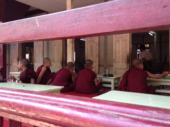 Mahagandayon Monastery : having lunch...