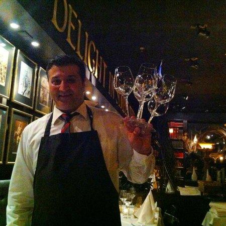 Ivory Club: Our Waiter / Der Fachmann vor Ort!