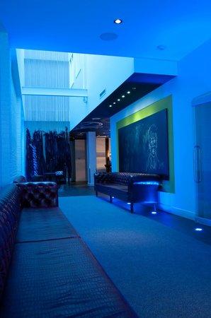 Hotel Chez Swann: corridor menant à la réception