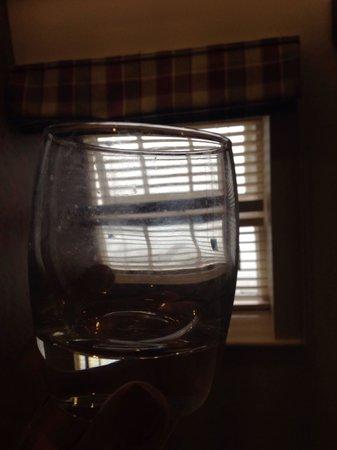 Queen's Head Hotel: Dirty glass in bedroom