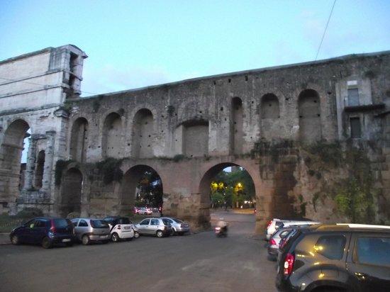 Muro de Aurélio tendo à esquerda a Porta Maggiore anexada em 271 d.C