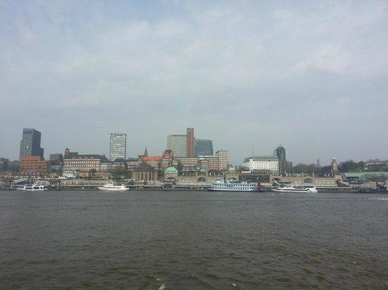 Alter Elbtunnel: Visão de Hamburgo do outro lado do rio