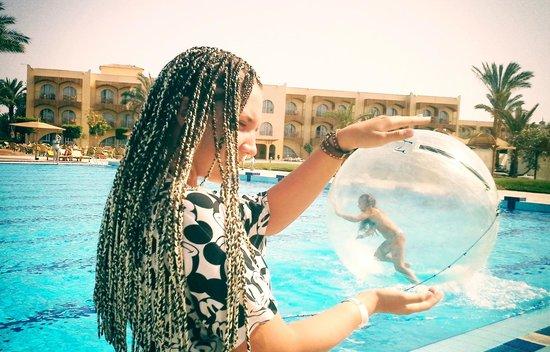 Desert Rose Resort: Зорбинг на территории отеля