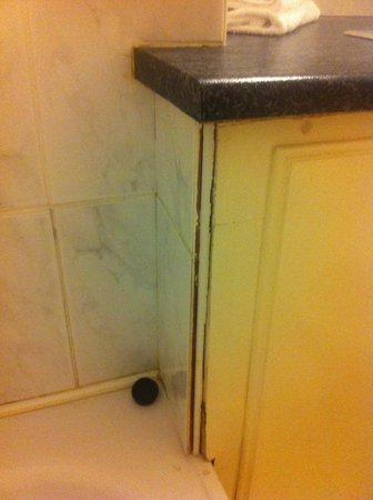 Riverside Park Hotel: grouting missing and loose corner
