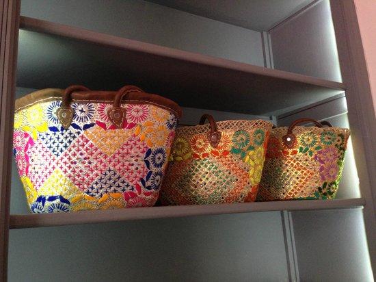 Riad Origines : Des paniers en vente à la boutique du riad