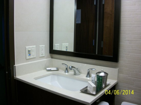 Hilton New York Fashion District: Vanity with a Little Space for Women's Make-up