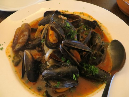 AguaDulce: Mussels in white wine with olives and tomato cream