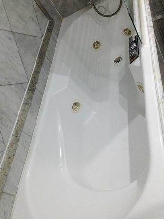 Hotel Kleber Champs-Elysees Tour Eiffel Paris: Der versprochene Jaccuzi war nur eine kleine Badewanne mit Düsen.