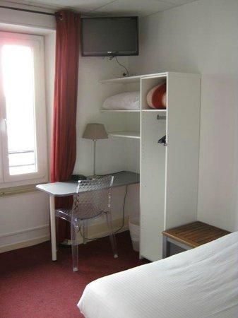 Hotel des Alpes : Plenty of room, dirty blanket on the shelf