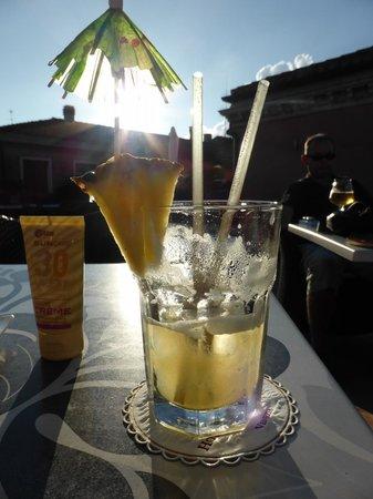 Hotel a La Commedia: Ober maakt heerlijke coctails