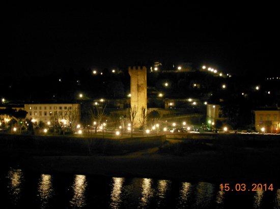 Florence View Apartments: Vista dalla finestra della camera sull'Arno e Piazzale Michelangelo