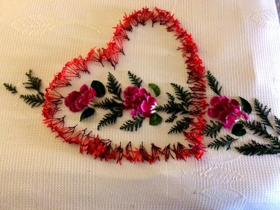 La Casa Que Canta : Another flower design on the bedspread