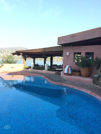 La Casa Que Canta : Infinity pool and restaurant area