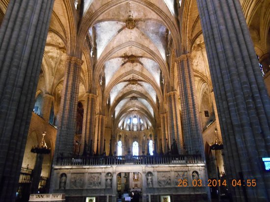 Barcelona Cathedral : soaring arches within the cathedral