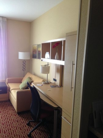 TownePlace Suites Dayton North : Desk/Couch