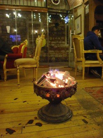 Serbethane Cafe&Restaurant : колоритный обогреватель - чаша с древесным углем.