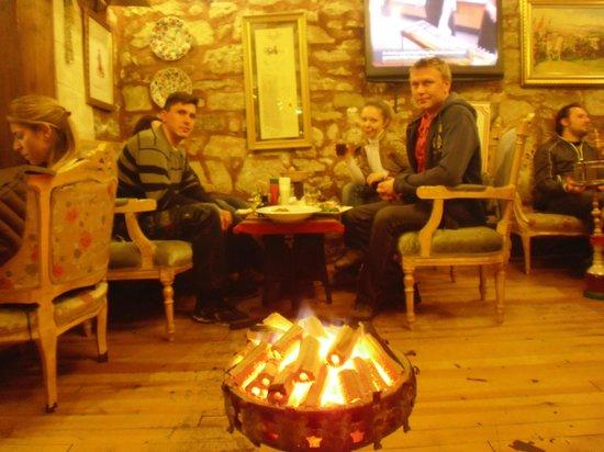 Serbethane Cafe&Restaurant : места на столе не хватило - поставили еще один