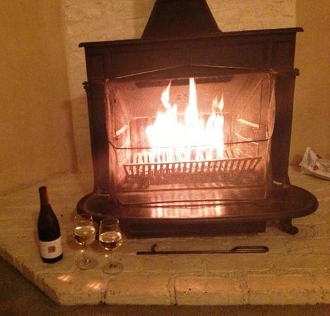 Wine Country Inn & Cottages: Romantic fireplace in our suite
