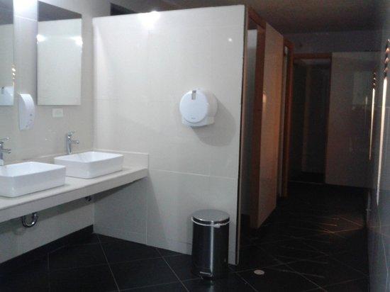 The Emerald Hostel Santa Marta: Baño de las habitaciones compartidas