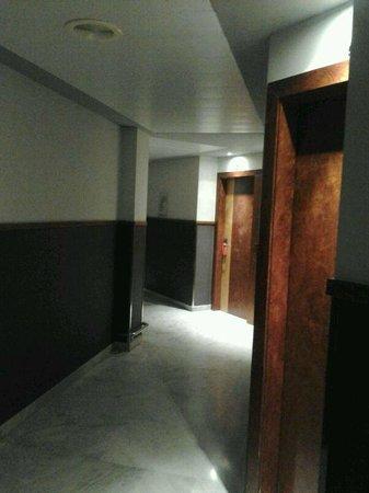 Onix Fira Hotel: Pasillo tenebroso