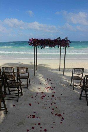 Las Ranitas Eco Boutique Hotel: beach wedding setup