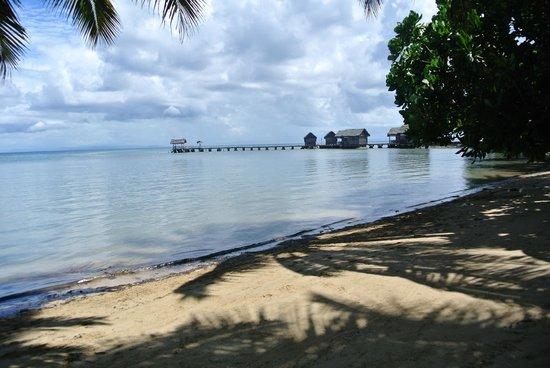 Lakana Hôtel : les bungalows sur pilotis, vus depuis la plage