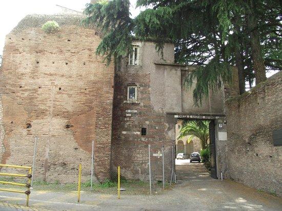 Santo Stefano Rotondo: Entrada do pátio da Igreja di Santo Stefano visto da rua homônima.