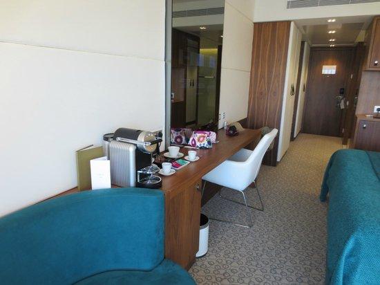 EPIC SANA Lisboa Hotel: Coffee and Wall Mounted TV