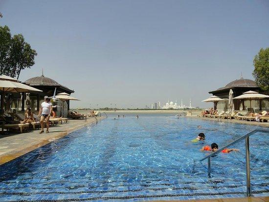 Shangri-La Hotel, Qaryat Al Beri, Abu Dhabi: Vista da piscina