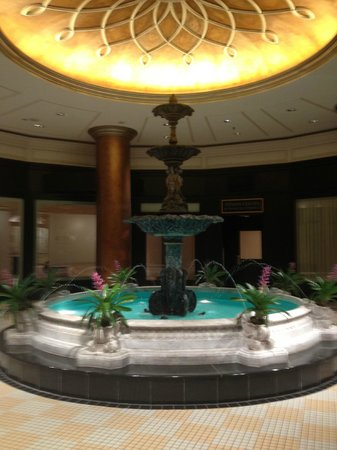The Ritz-Carlton, New Orleans: Fountain Near Entrance to Spa