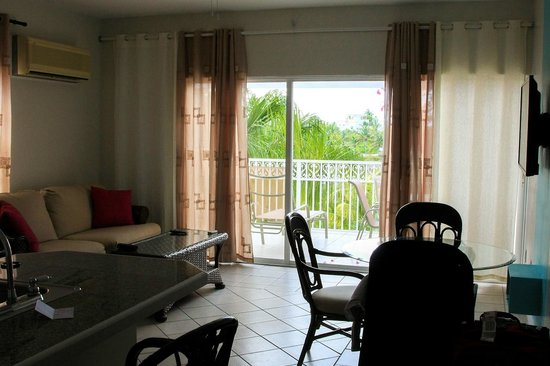 Inn at Grace Bay: living room/patio