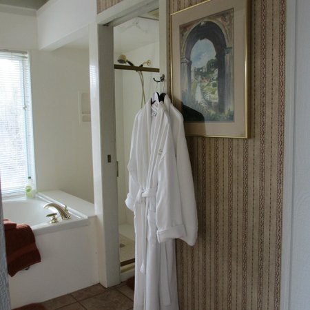 Beaver Lake Cottages: hotel style robes