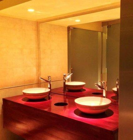 Nebbiolo: Bachas en baño de mujeres