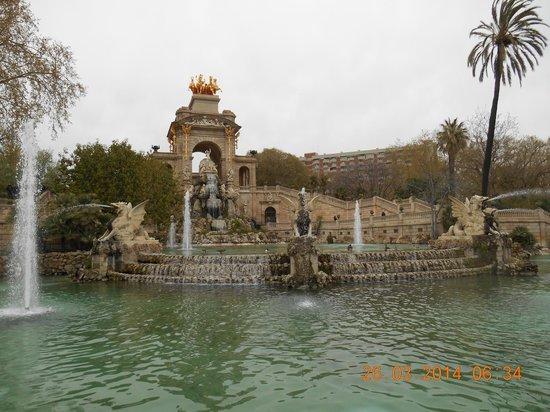 gardens and fountain near Arc de Triomf