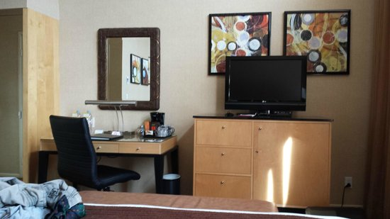 Elan Hotel : Schreibtisch, TV, Minibar - alles was man so braucht
