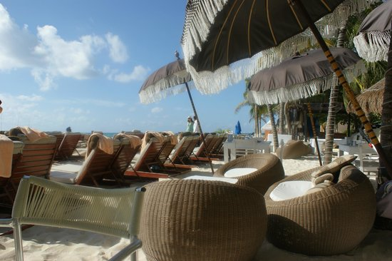 El Taj Oceanfront & Beachside Condos Hotel: beach loungers