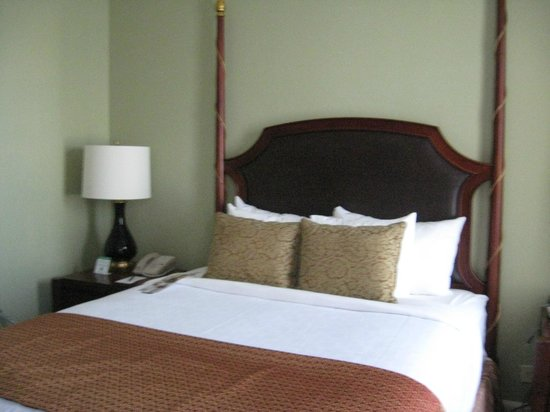 Francis Marion Hotel : Comfortable bed, tiny room