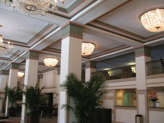 Francis Marion Hotel: Ornate ceilings