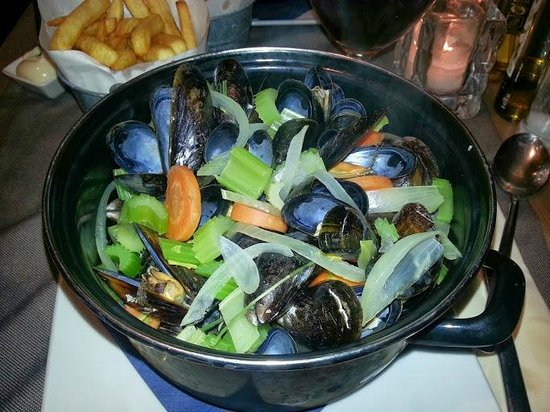Poules Moules: Mussels in white wine