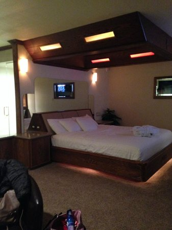 Sybaris Northbrook King Bed With Great Lighting And Mirrors Above