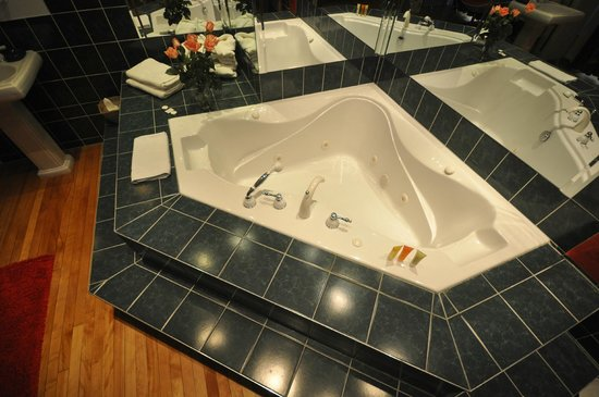 Swiss Hotel : Jacuzzi, large enough for 2 people