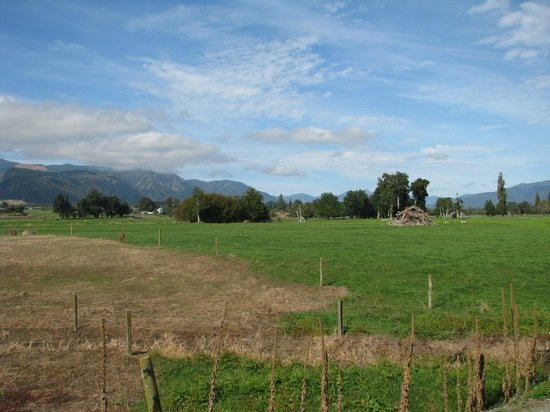 Takaka Camping & Cabins: View from back of camp