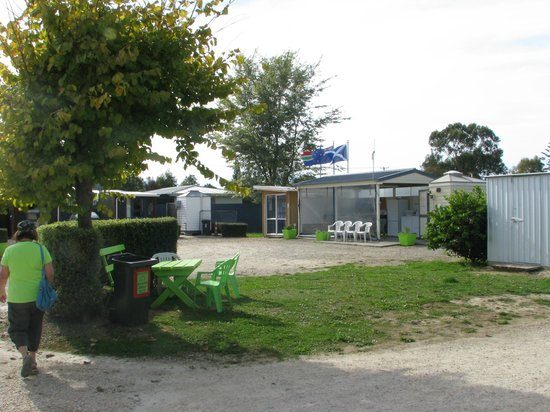 Takaka Camping & Cabins : Office and cabin area kitchen
