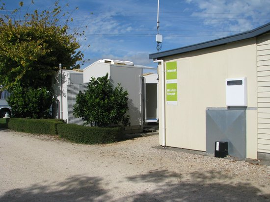Takaka Camping & Cabins : WIFI area and Individual showers/toilets