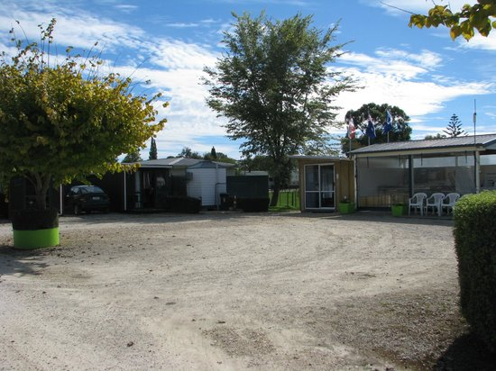Takaka Camping & Cabins: Top area with 3 cabins and shower/toilet units