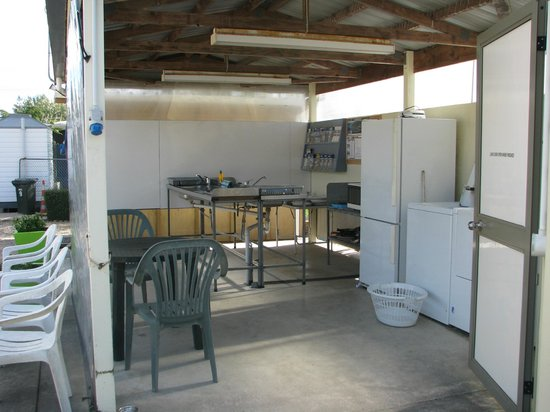 Takaka Camping & Cabins: Cabin area kitchen with laundry