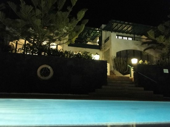 Residencia Golf y Mar: Pool at night